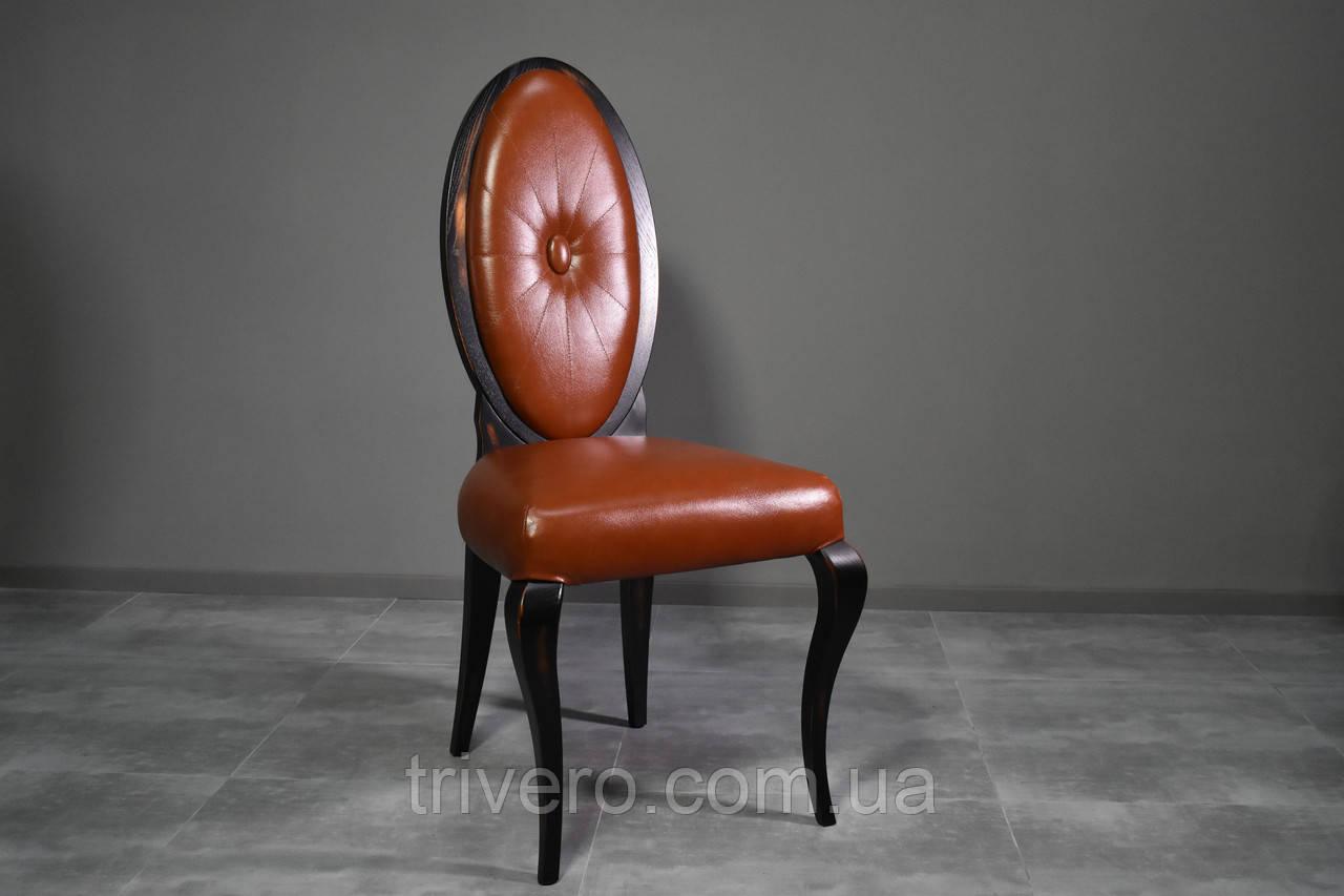 Классический стул из натурального дерева в коже