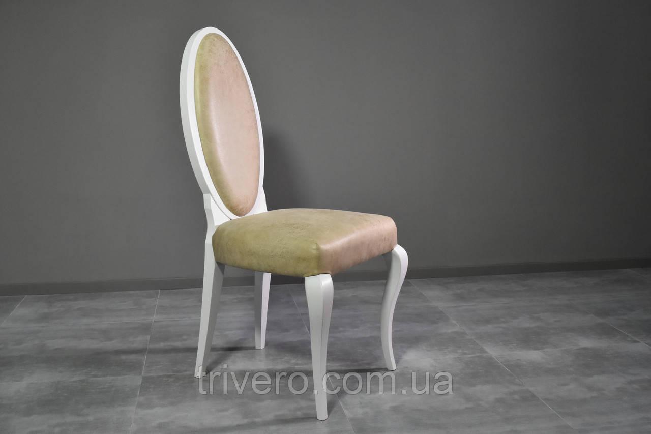 Классический стул из натурального дерева в ткани