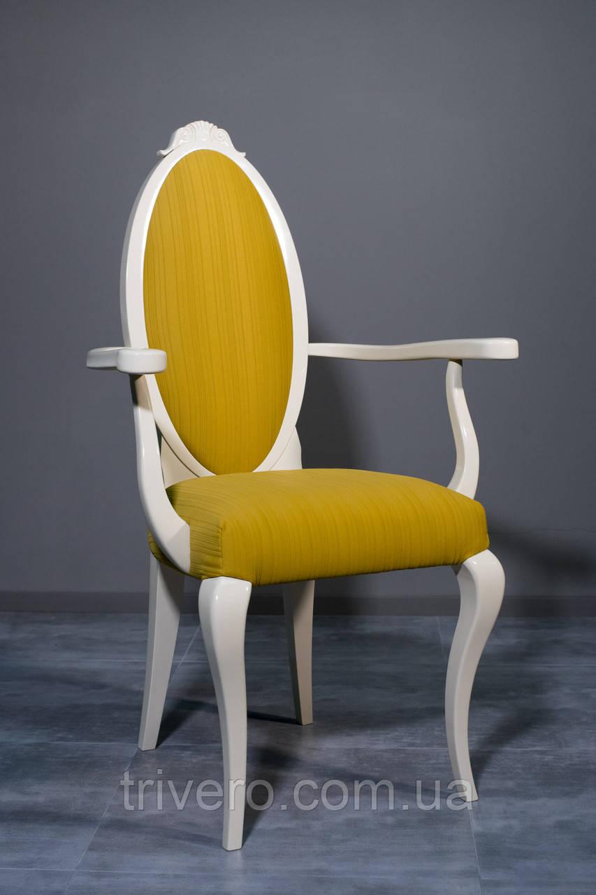 Классический стул из дерева в белом цвете с подлокотниками