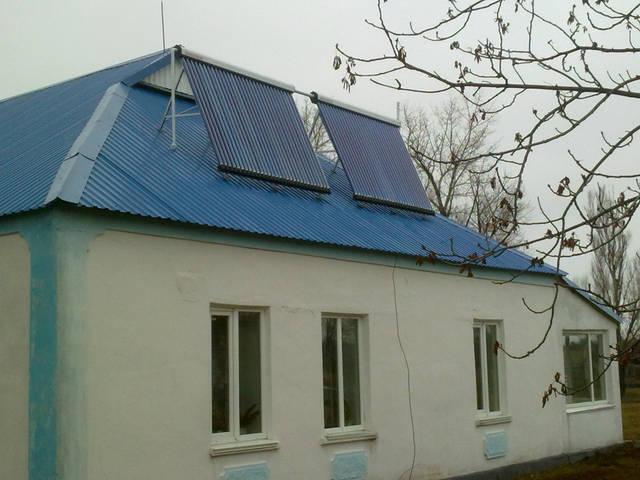 Солнечные вакуумные коллекторы установлены на Юг, с углом наклона ориентированным на максимальную выработку в осенне-весенний период.