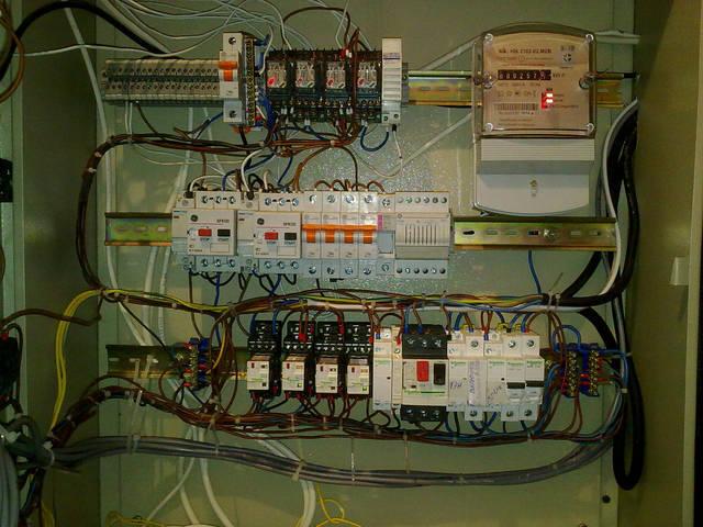 Система имеет ряд контактеров, реле и автоматических выключателей, для контроля, защиты и управления системами солнечного нагрева воды и отопления.