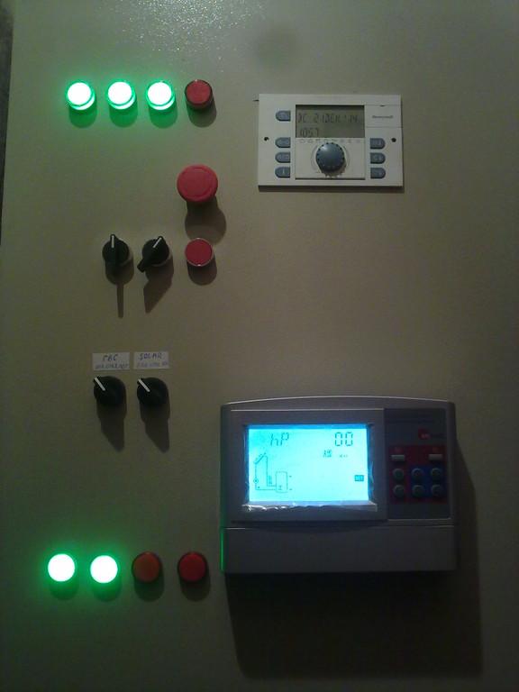 Электрический щит не только служит местом установки и компоновки электрической части системы, но и наглядно показывает какие именно устройства работают в данный момент. Также извещает об аварийных ситуациях в обеих системах.