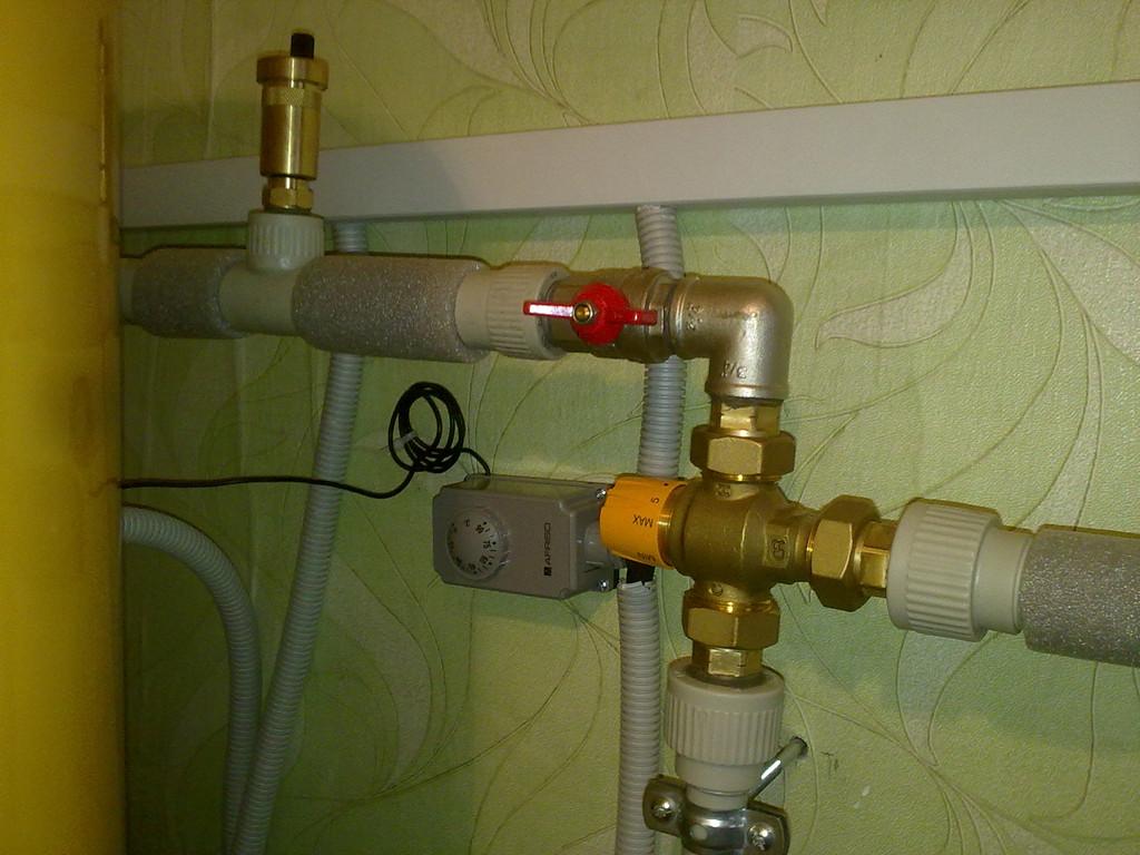 Термосмесительный клапан обеспечивает антиожоговую функцию.