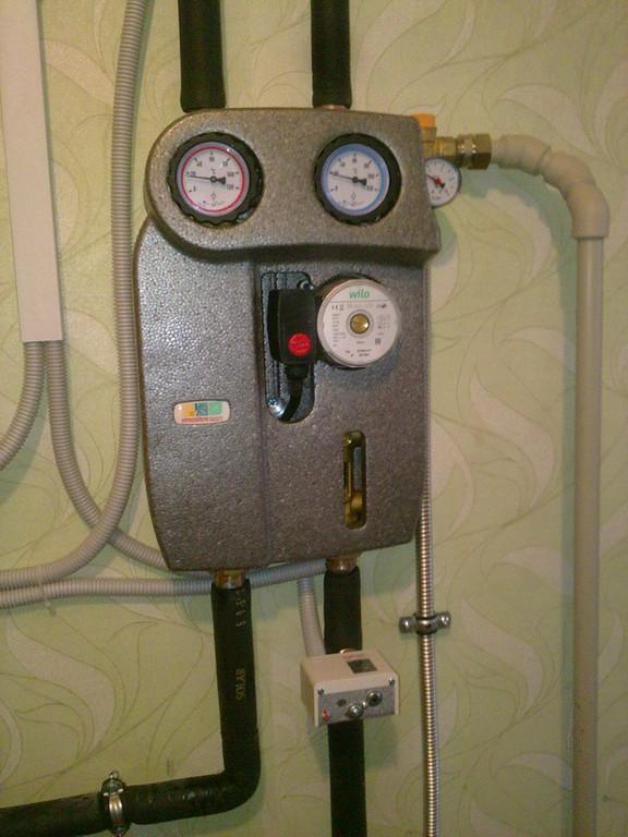 Насосная станция включает в себя расходомер и деаэратор, для контроля скорости движения теплоносителя и сбора, с последующим выводом из системы микропузырьков воздуха, соответственно, группу безопасности, краны заливки-слива системы и 2 термометра.