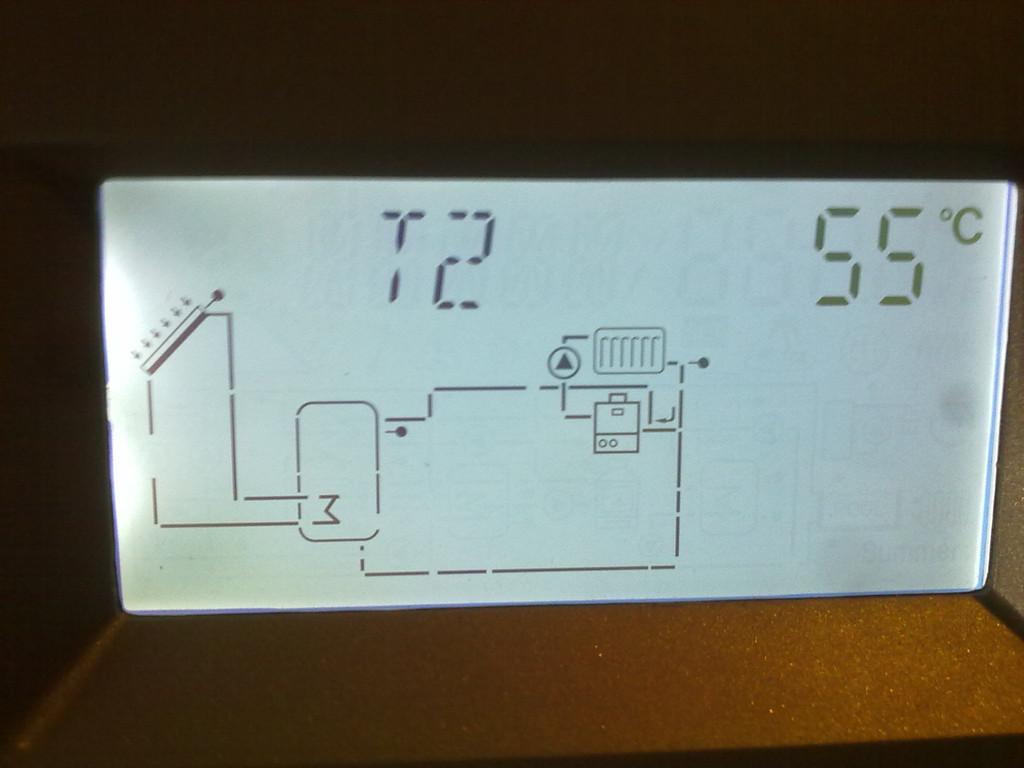 Температура в нижней части бака горячей воды.