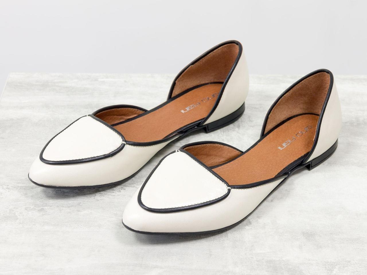 Облегченные туфли-лодочки с удлиненным носиком на низком ходу контрастного сочетания черной и молочной кожи