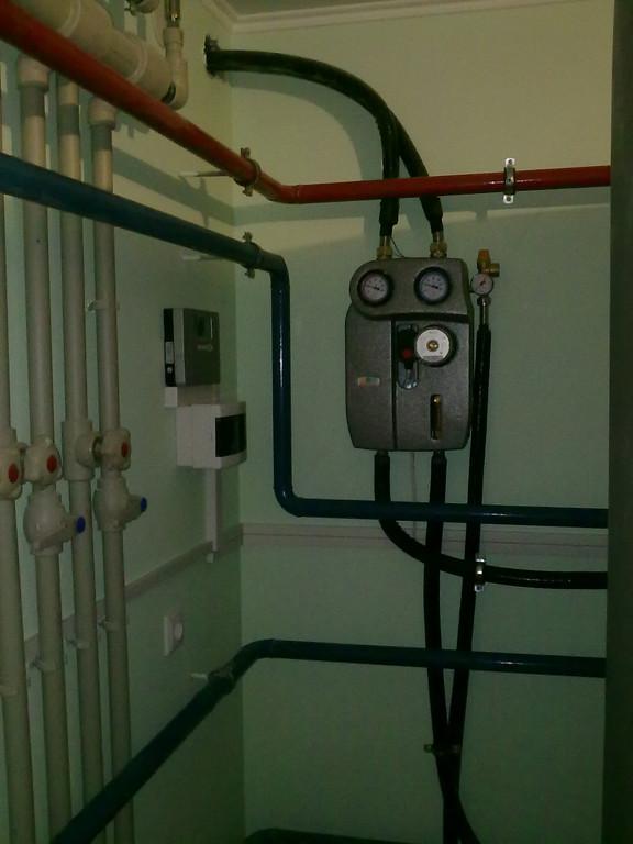 Двухлинейная насосная группа BRV укомплектована расходомером, кранами слива-заполнения системы, группой безопасности, термостатами и деаэратором.