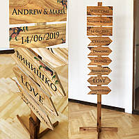 Стойка с деревянными свадебными указателями на 6 табличек