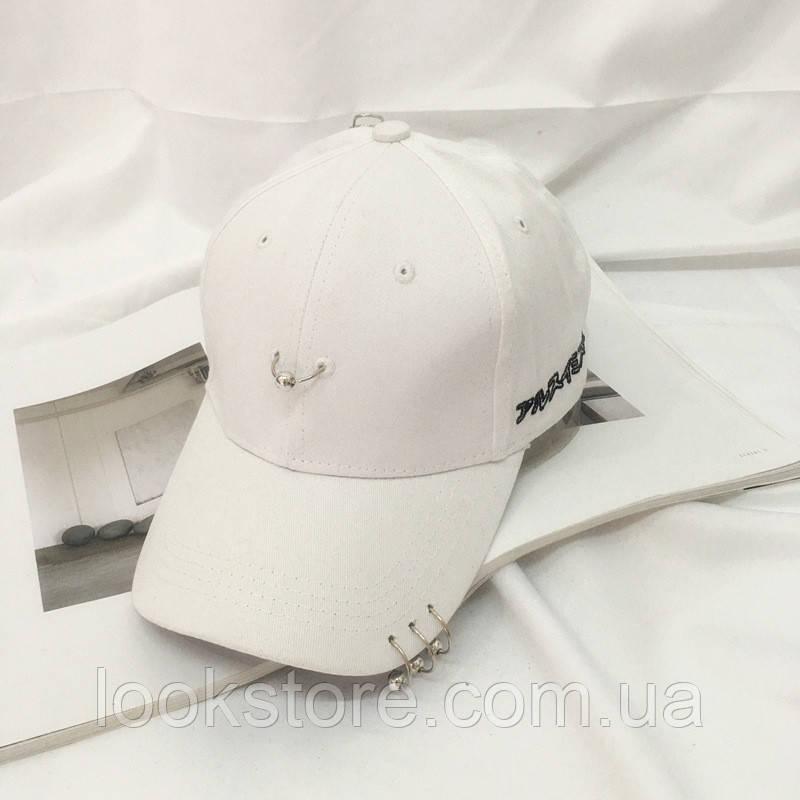 Женская кепка с колечками белая