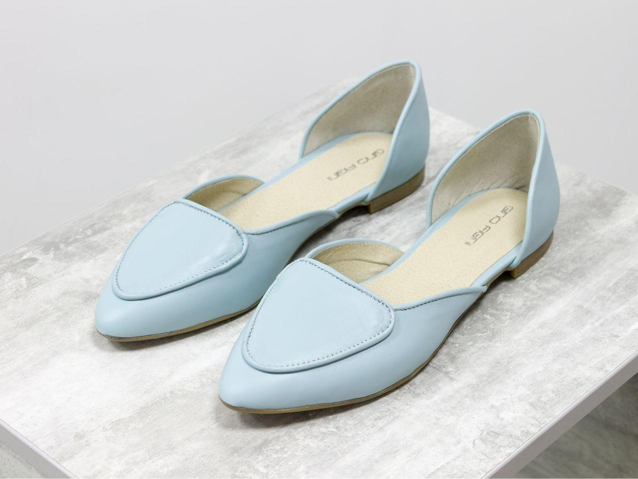 Облегченные туфли-лодочки с удлиненным носиком на низком ходу нежного светло-голубого цвета кожи