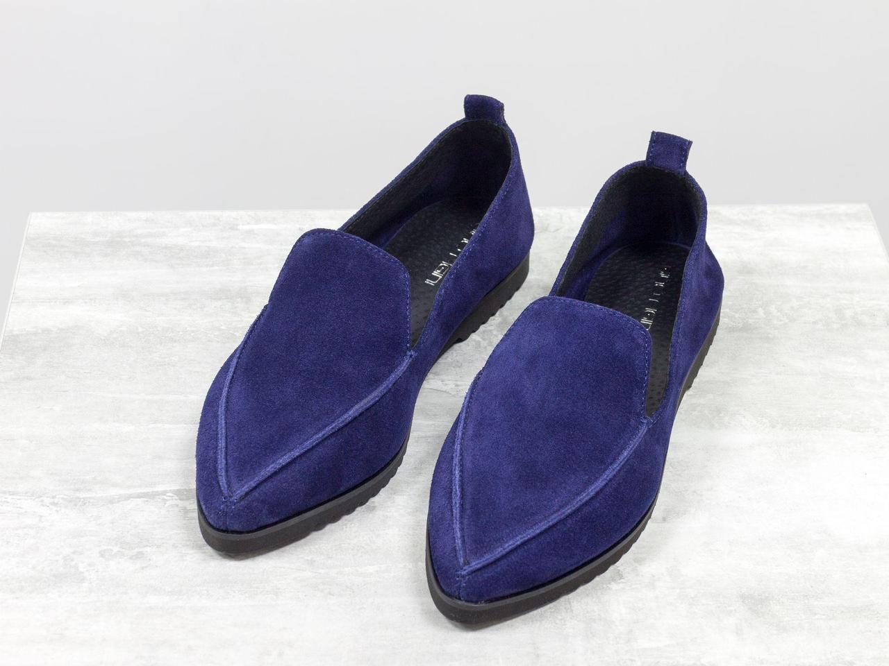 Облегченные туфли из натуральной замши насыщенного синего цвета на утолщенной подошве черного цвета