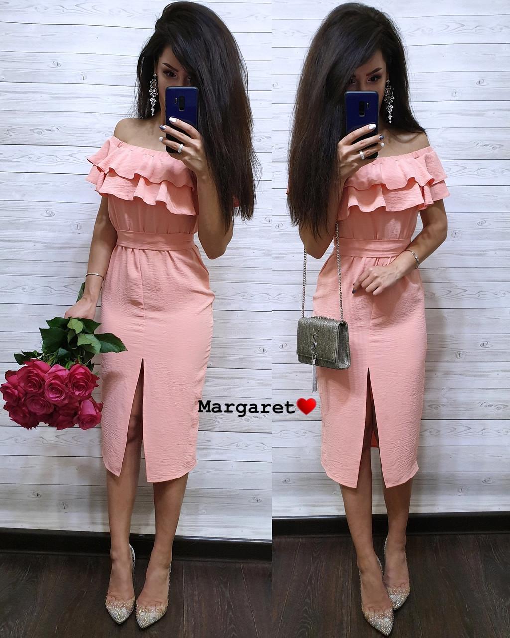 Легкое нарядное платье длины ниже колена с двойным воланом от груди