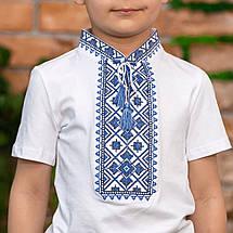 Трикотажная вышиванка для мальчика с синим орнаментом, фото 3