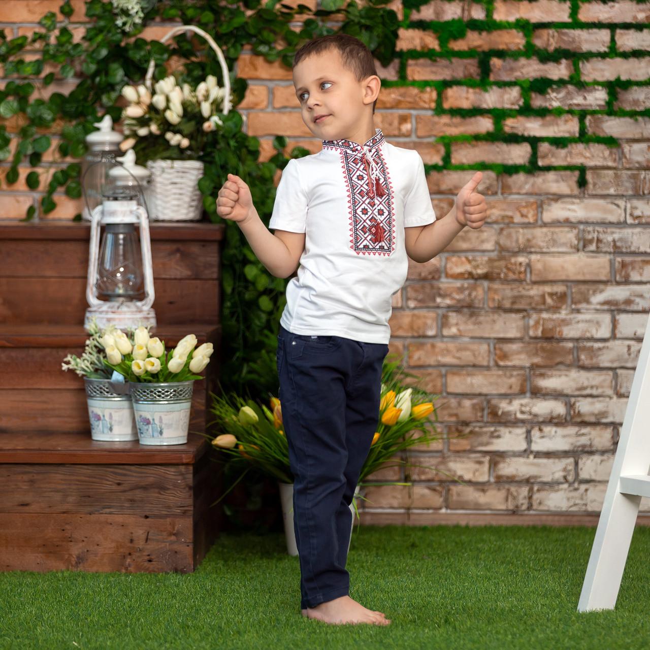 Трикотажная вышиванка для мальчика с красным орнаментом