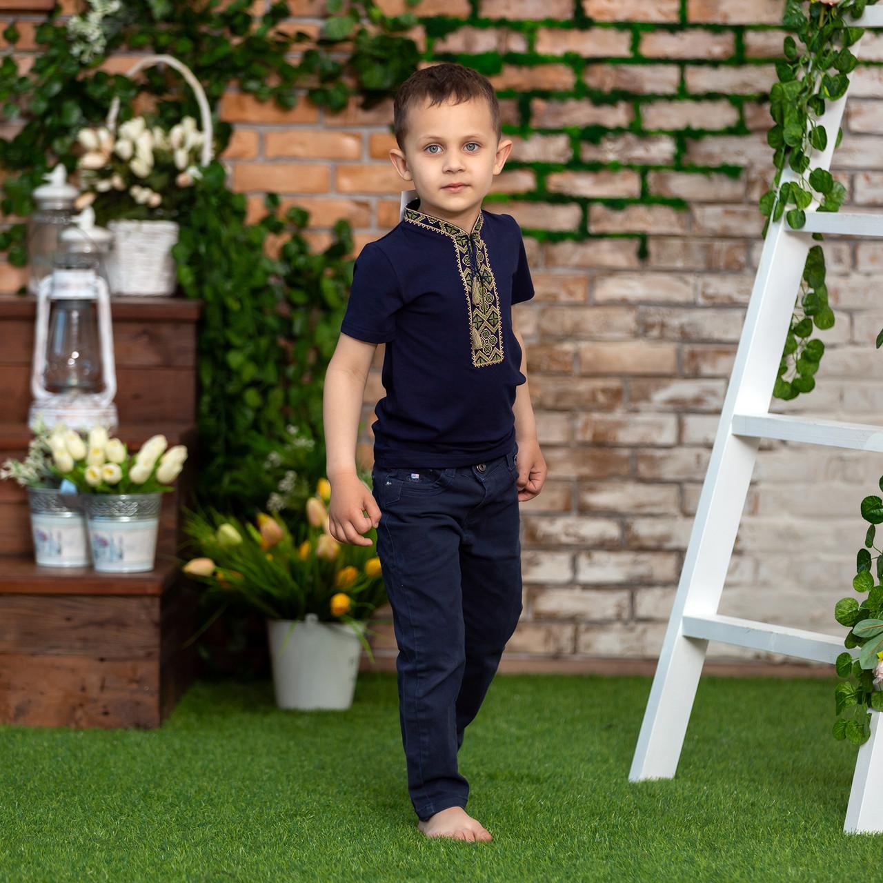 Трикотажна футболка з вишивкою для хлопчика з зеленим орнаментом