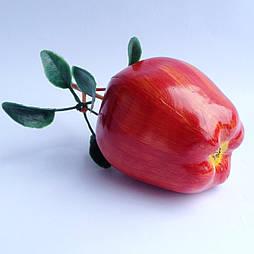 Яблоко  красное  с листьями
