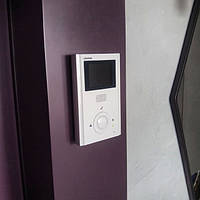 Фото установленного видеодомофона Commax CDV-35H