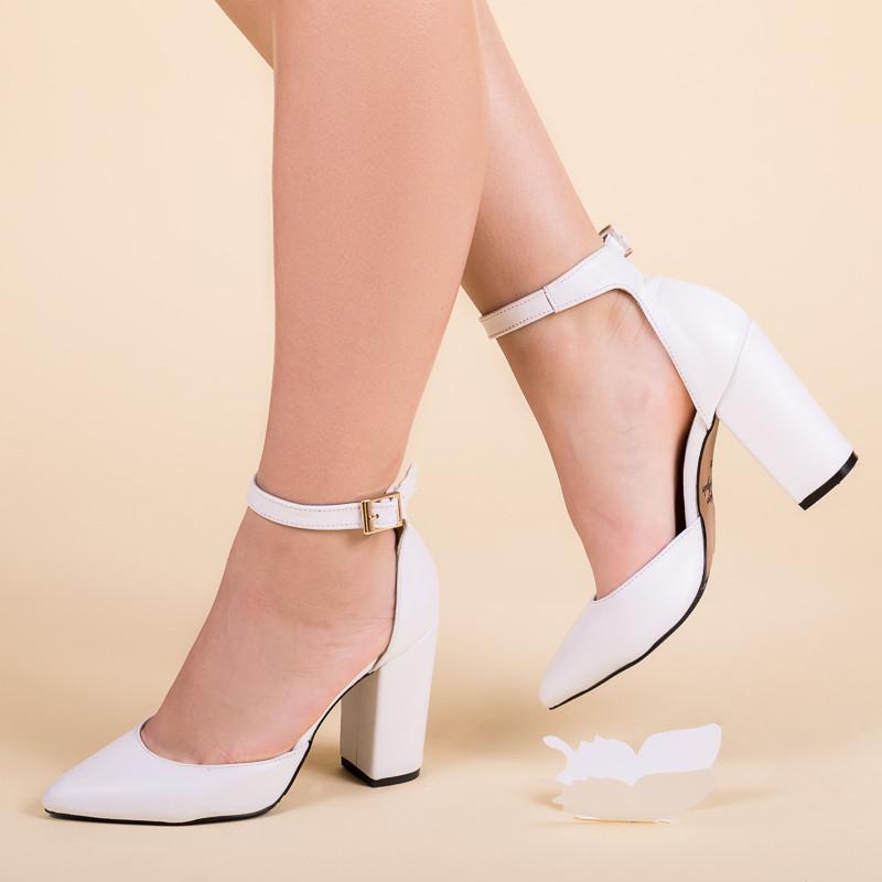 Туфлі білі жіночі шкіряні з ремінцем і обтяжным каблуком .