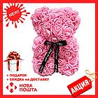 Красивый мишка из латексных 3D роз 25 см с лентой в подарочной коробке | Розовый, фото 2