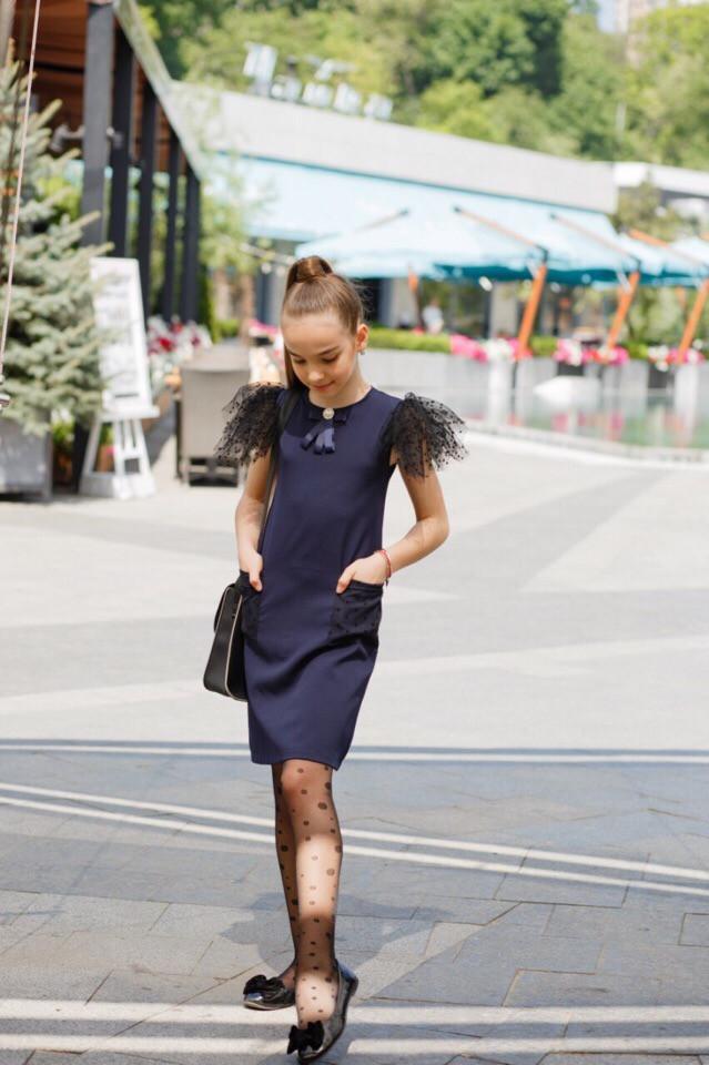 Школьное платье для девочки с брошкой,короткий рукав синее и черное,  на рукавах фатин с флоком
