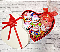 Вкусный подарок для девушки в коробке сердце