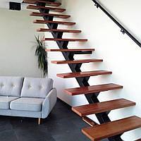 Прямые лестницы на одном центральном металлическом косоуре