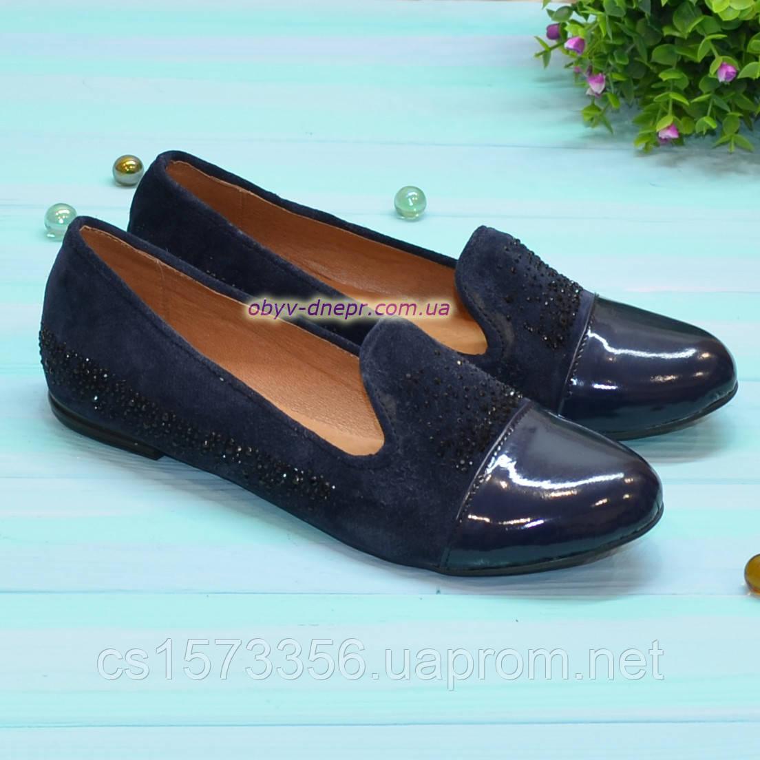 Женские туфли из натуральной замши и лаковой кожи, декорированы стразами. Цвет синий