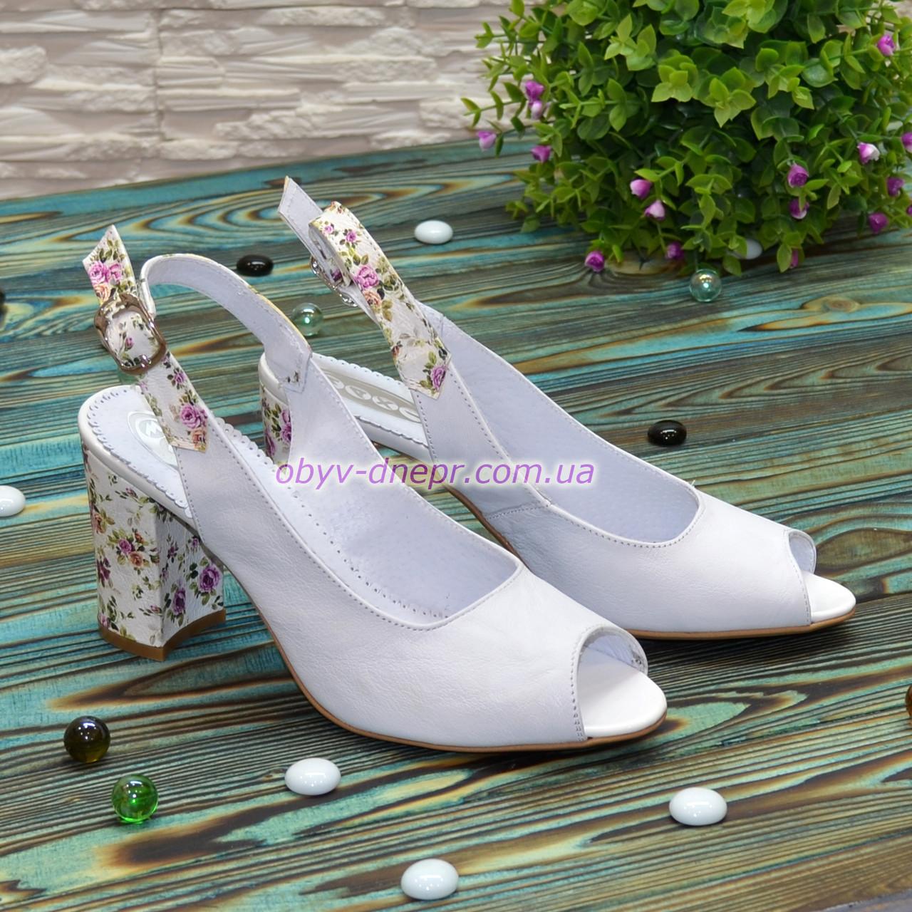 Женские кожаные босоножки на устойчивом высоком каблуке. Цвет белый/цветы.