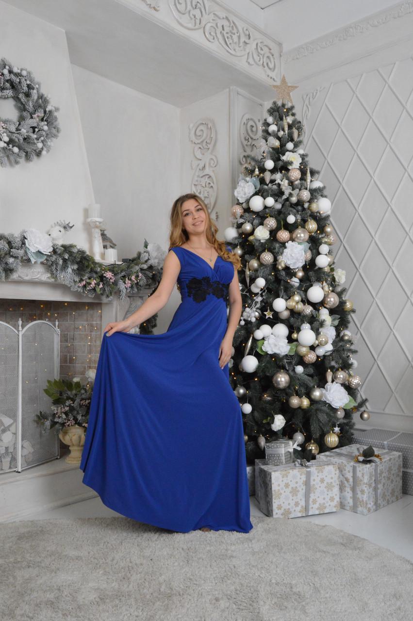 Вечернее платье макси в синем цвете.