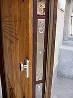 Ригельный замок YB-700A (AB-700A) врезной для системы контроля доступа (фото установленного замка)