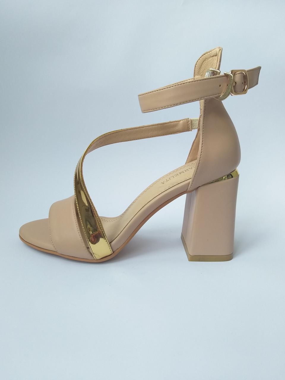 Бежевые женские босоножки на толстом каблуке