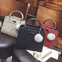 Модная женская сумка с брелком. Женская сумочка с меховой подвеской