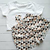 Комплект из трикотажной футболки и шортиков в треугольники, фото 1