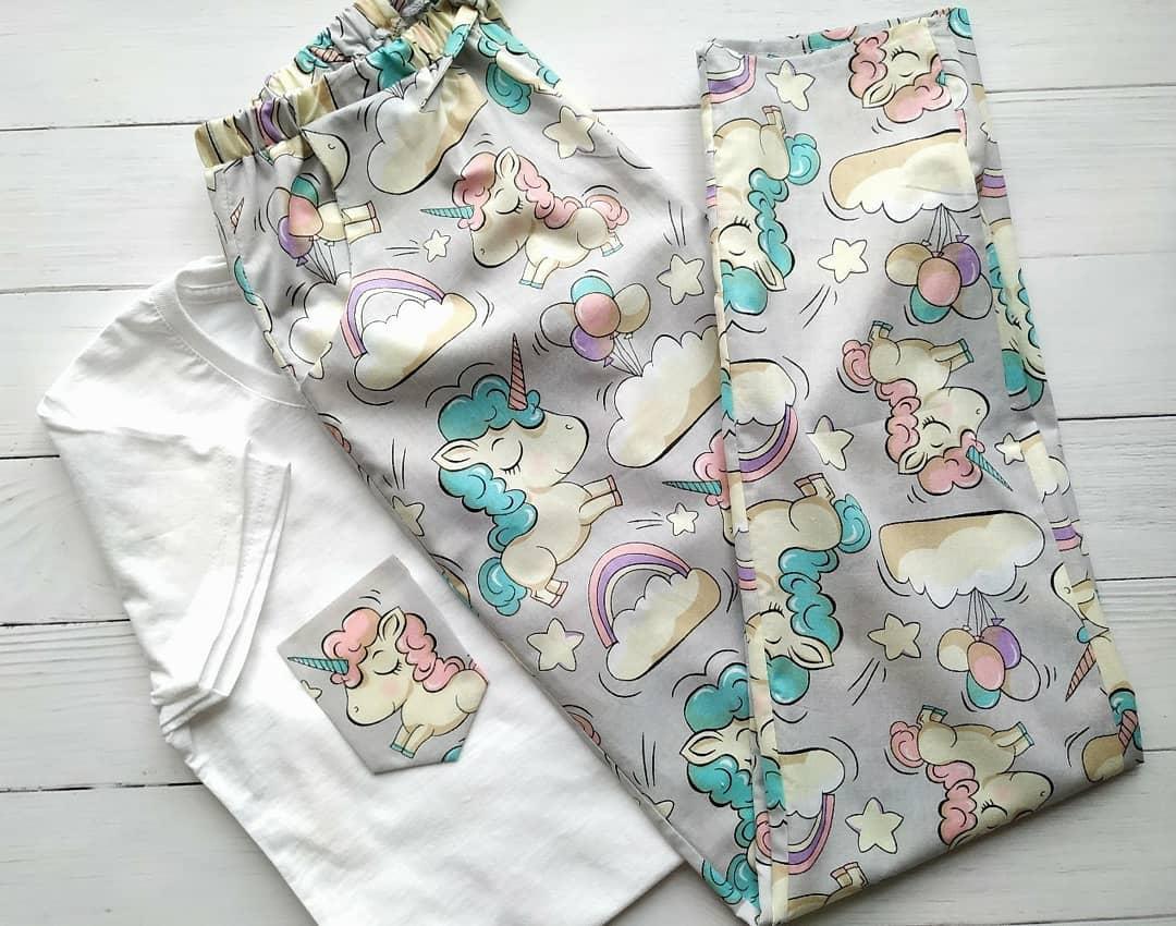 Женская серая пижама с футболкой и штанами с единорогами