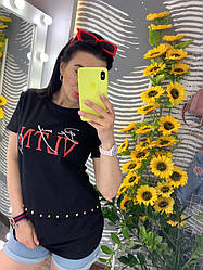 Стильная женская футболка удлинённого кроя с модным принтом и стразами