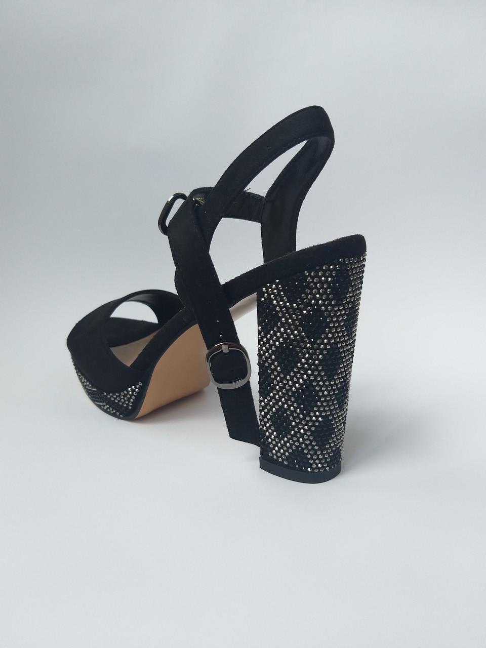 Женские черные босоножки на толстом каблуке в сразах