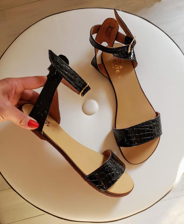 Женские черные кожаные босоножки сандалии на низком ходу (лак рептилия)
