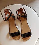 Женские черные кожаные босоножки сандалии на низком ходу (лак рептилия), фото 2