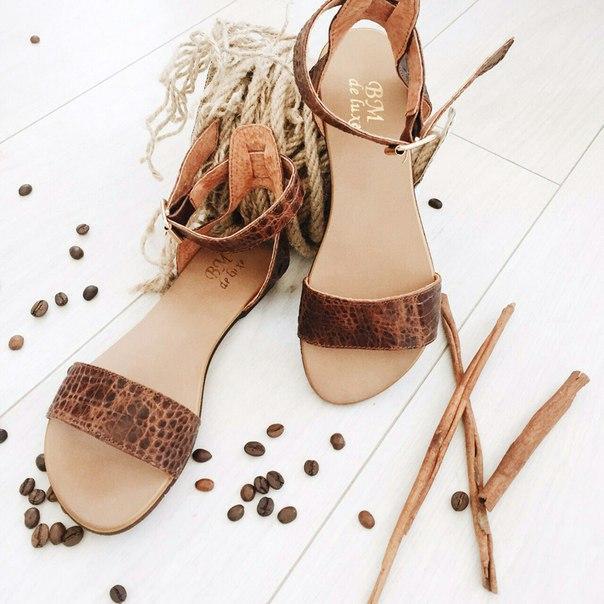 Женские кожаные босоножки сандалии на низком ходу (шоколад рептилия)