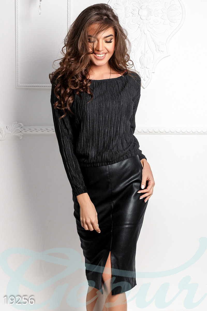 Кожаная юбка-карандаш с разрезом спереди черная