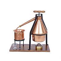 Аламбик с рукояткой на деревянной подставке на 50 литров