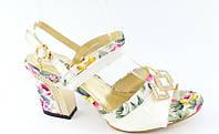 Босоножки белые с цветами на каблуке Б467