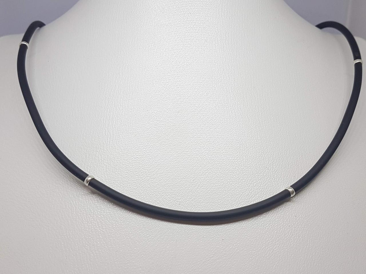 Ювелірний шнурок з каучуку з срібними вставками. Артикул 40003 50