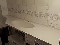 Литая раковина умывальника ванной комнаты встроенная в столешницу матовая