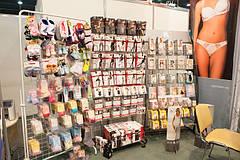 Витрина товаров с женскими колготками, утягивающим бельем, а также детскими носочками и колготками.