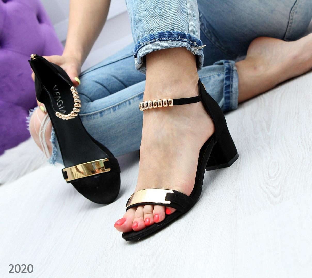 f863b7a0282f Женские замшевые босоножки на низком каблуке с золотыми вставками черные