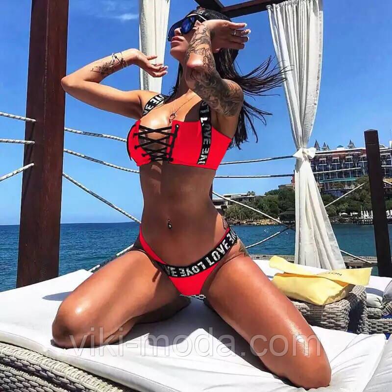 Раздельный женский купальник красного цвета с надписями