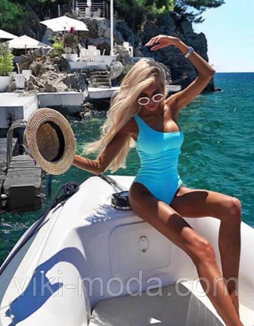 Молодежный, слитный женский купальник голубого цвета в мелкий горошек