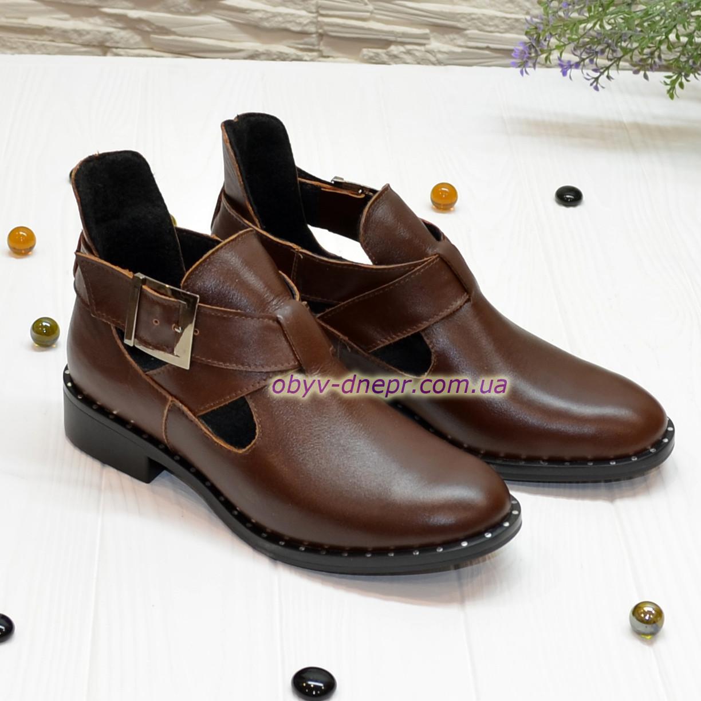 Ботинки кожаные демисезонные на низком ходу, декорированы ремешком. Цвет коричневый