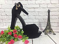 Босоножки женские на не высоком каблуке с закрытой пяткой и на лаковой застежке из черной замши.